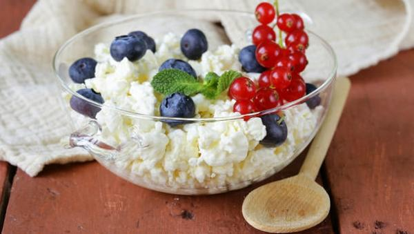 diaforetiko.gr : Fruit and Cottage Cheese mini 600x339 18 γλυκά σνακ με λιγότερες από 100 θερμίδες!  Πειρασμοί χωρίς ενοχές !!