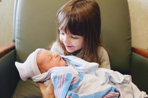 diaforetiko.gr : 00001 Απίστευτες αντιδράσεις παιδιών που αντικρίζουν τα νεογέννητα αδέλφια τους για πρώτη φορά!