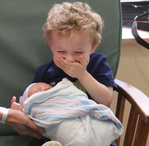 diaforetiko.gr : 000011 Απίστευτες αντιδράσεις παιδιών που αντικρίζουν τα νεογέννητα αδέλφια τους για πρώτη φορά!