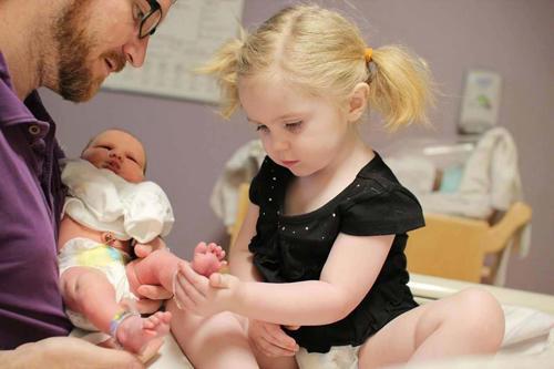 diaforetiko.gr : 000013 Απίστευτες αντιδράσεις παιδιών που αντικρίζουν τα νεογέννητα αδέλφια τους για πρώτη φορά!