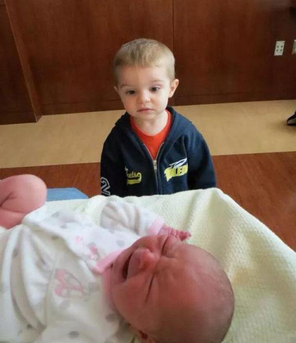 diaforetiko.gr : 000016 Απίστευτες αντιδράσεις παιδιών που αντικρίζουν τα νεογέννητα αδέλφια τους για πρώτη φορά!
