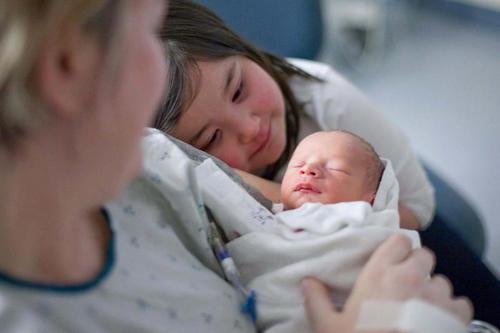 diaforetiko.gr : 00002 Απίστευτες αντιδράσεις παιδιών που αντικρίζουν τα νεογέννητα αδέλφια τους για πρώτη φορά!