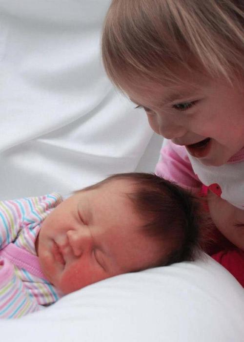 diaforetiko.gr : 00003 Απίστευτες αντιδράσεις παιδιών που αντικρίζουν τα νεογέννητα αδέλφια τους για πρώτη φορά!