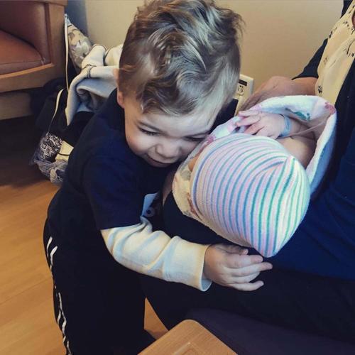 diaforetiko.gr : 00004 Απίστευτες αντιδράσεις παιδιών που αντικρίζουν τα νεογέννητα αδέλφια τους για πρώτη φορά!