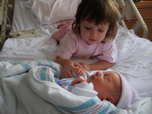 diaforetiko.gr : 00006 Απίστευτες αντιδράσεις παιδιών που αντικρίζουν τα νεογέννητα αδέλφια τους για πρώτη φορά!