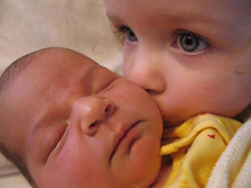 diaforetiko.gr : 00007 Απίστευτες αντιδράσεις παιδιών που αντικρίζουν τα νεογέννητα αδέλφια τους για πρώτη φορά!