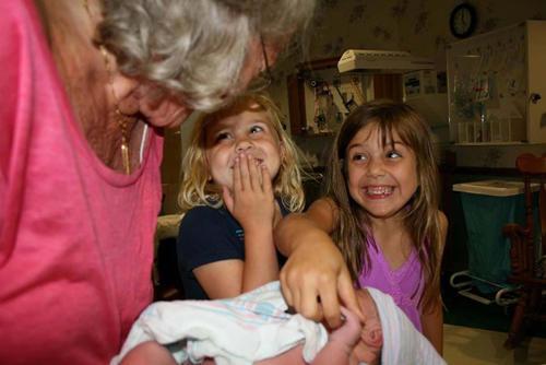 diaforetiko.gr : 00008 Απίστευτες αντιδράσεις παιδιών που αντικρίζουν τα νεογέννητα αδέλφια τους για πρώτη φορά!