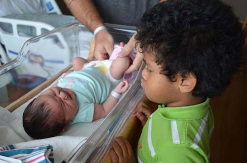 diaforetiko.gr : 00009 Απίστευτες αντιδράσεις παιδιών που αντικρίζουν τα νεογέννητα αδέλφια τους για πρώτη φορά!