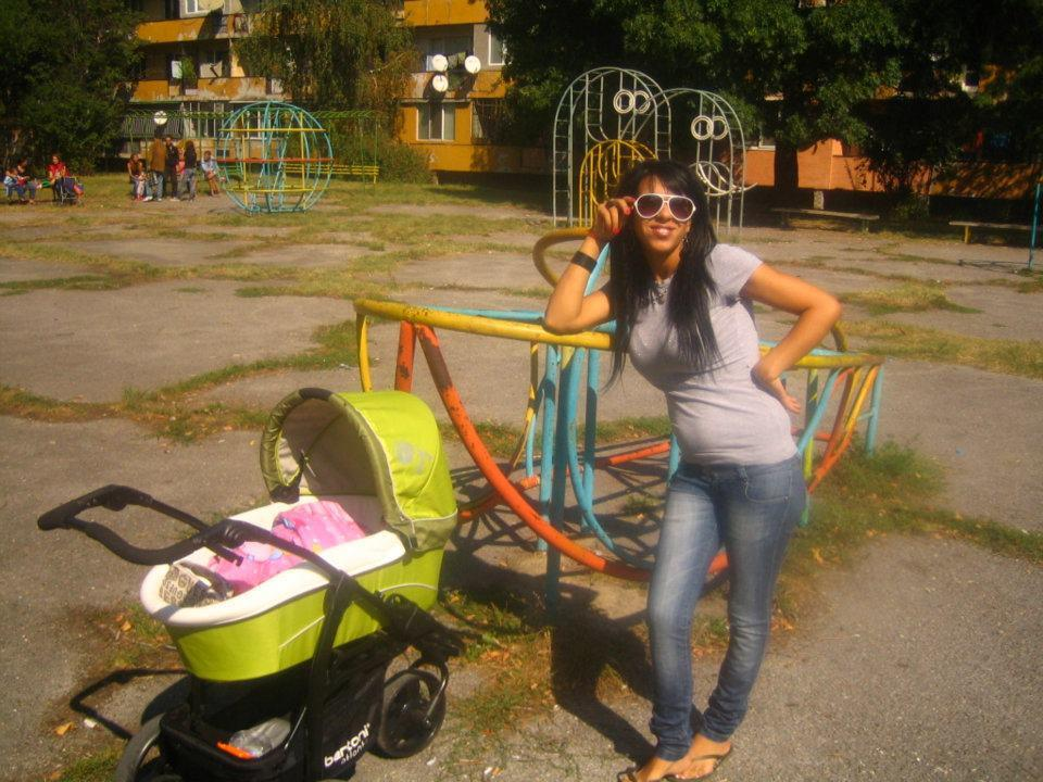 diaforetiko.gr : 308730 112872028823722 181470470 n Αυτό είναι το προφίλ στο facebook της μητέρας της μικρής Αννυς  Προκλητικές πόζες, τσιγαριλίκια και πανάκριβες BMW
