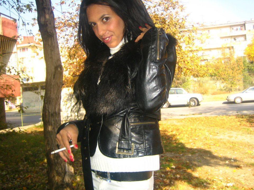 diaforetiko.gr : 382024 115014601942798 2126957028 n Αυτό είναι το προφίλ στο facebook της μητέρας της μικρής Αννυς  Προκλητικές πόζες, τσιγαριλίκια και πανάκριβες BMW