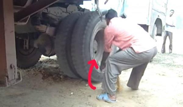 diaforetiko.gr : 1432974026 fe5df232cafa4c4e0f1a0294418e5660 810x421 600x350 Αν είναι δυνατόν! Δείτε πως έβαλαν μπροστά ένα φορτηγό που είχε μείνει από μπαταρία…