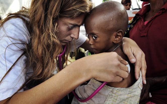diaforetiko.gr : 1435054191 1f9ffafcc4c0bbc70331f044b842b7fc Αντιγόνη Καρκανάκη: Η Κρητικοπούλα που εγκατέλειψε τη δουλειά της για να σώσει ζωές σε όλο τον κόσμο.