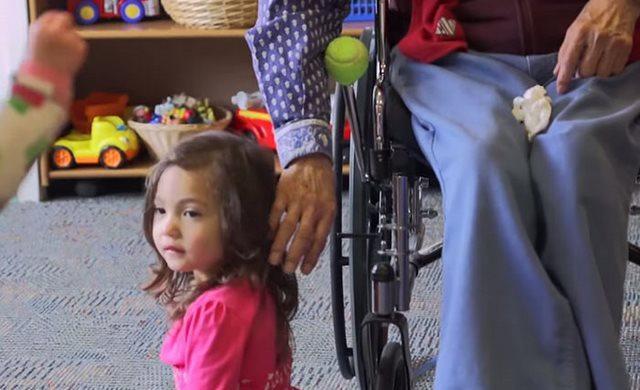 diaforetiko.gr : girokomeio 10 Έβαλαν παιδιά προσχολικής ηλικίας μέσα σε ένα γηροκομείο και άλλαξαν για πάντα τις ζωές των ηλικιωμένων.