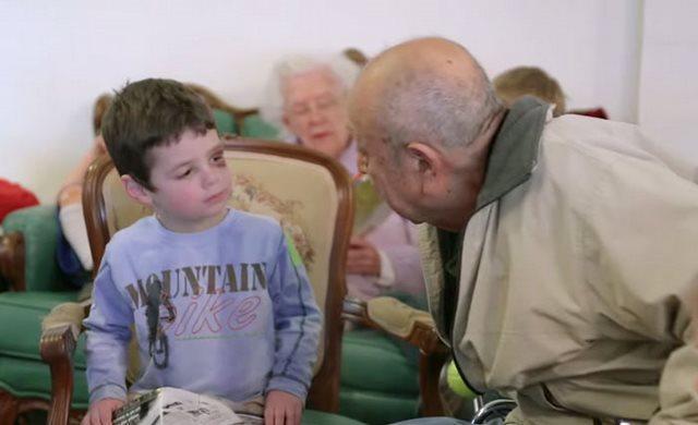 diaforetiko.gr : girokomeio 12 Έβαλαν παιδιά προσχολικής ηλικίας μέσα σε ένα γηροκομείο και άλλαξαν για πάντα τις ζωές των ηλικιωμένων.