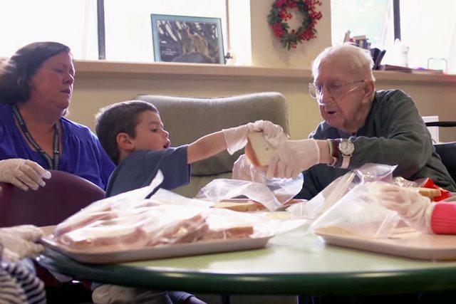 diaforetiko.gr : girokomeio 15 Έβαλαν παιδιά προσχολικής ηλικίας μέσα σε ένα γηροκομείο και άλλαξαν για πάντα τις ζωές των ηλικιωμένων.
