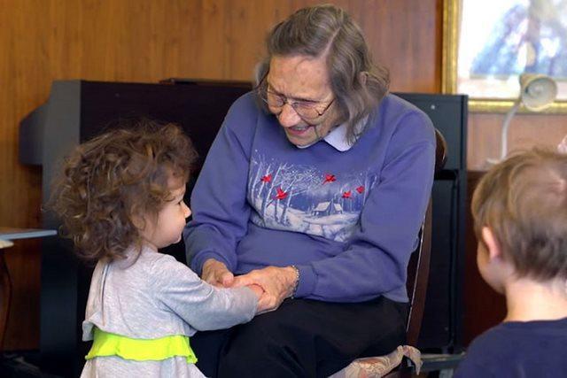 diaforetiko.gr : girokomeio 17 Έβαλαν παιδιά προσχολικής ηλικίας μέσα σε ένα γηροκομείο και άλλαξαν για πάντα τις ζωές των ηλικιωμένων.