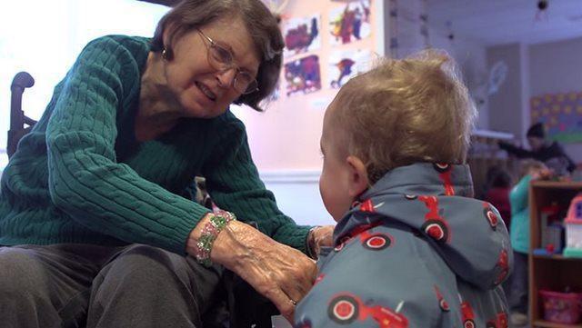 diaforetiko.gr : girokomeio 5 Έβαλαν παιδιά προσχολικής ηλικίας μέσα σε ένα γηροκομείο και άλλαξαν για πάντα τις ζωές των ηλικιωμένων.