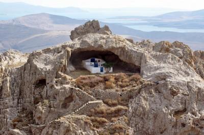 diaforetiko.gr : kakavi 400x266 Η μοναδική εκκλησιά στον κόσμο χωρίς σκεπή βρίσκεται σε ένα πανέμορφο νησί του Αιγαίου. Την έχτισαν μοναχοί για να προσεύχονται στην Παναγία