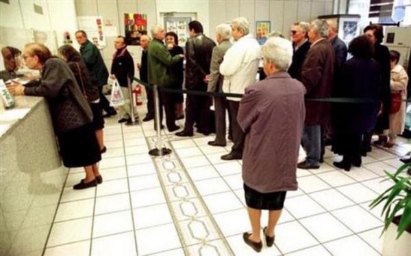 b8e086471a97 Είσοδος των συνταξιούχων στις τράπεζες μόνο με δικαιολογητικά Την  εξυπηρέτηση αποκλειστικά συνταξιούχων που δεν διαθέτουν κάρτα ανάληψης  μετρητών και με ...