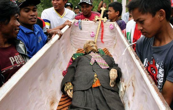 diaforetiko.gr : 235 ΕΙΚΟΝΕΣ ΠΟΥ ΣΟΚΑΡΟΥΝ: Κάθε 3 χρόνια «ζωντανεύουν» τους νεκρούς τους !!!