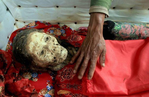 diaforetiko.gr : 325 ΕΙΚΟΝΕΣ ΠΟΥ ΣΟΚΑΡΟΥΝ: Κάθε 3 χρόνια «ζωντανεύουν» τους νεκρούς τους !!!