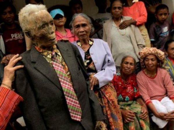 diaforetiko.gr : ebb4dade2f382d1f5fefdb6073b12fc0 600x450 ΕΙΚΟΝΕΣ ΠΟΥ ΣΟΚΑΡΟΥΝ: Κάθε 3 χρόνια «ζωντανεύουν» τους νεκρούς τους !!!