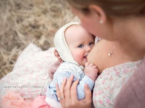 diaforetiko.gr : In honor of the World Breastfeeding Week 2015 by Tammy Nicole Photography 1  880 480x360 Παγκόσμια εβδομάδα θηλασμού: 15 υπέροχες φωτογραφίες για τη μοναδική σχέση μητέρας και παιδιού