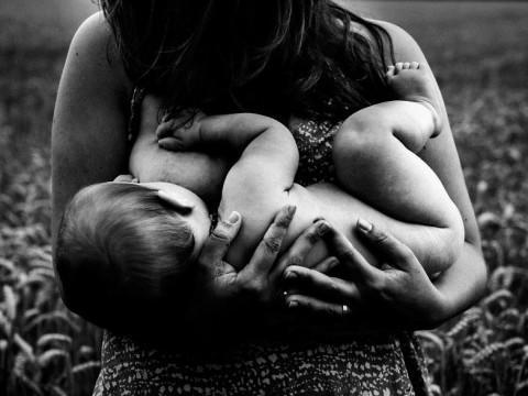 diaforetiko.gr : In honor of the World Breastfeeding Week 2015 by Tammy Nicole Photography 20  880 480x360 Παγκόσμια εβδομάδα θηλασμού: 15 υπέροχες φωτογραφίες για τη μοναδική σχέση μητέρας και παιδιού