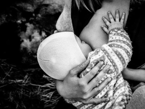diaforetiko.gr : In honor of the World Breastfeeding Week 2015 by Tammy Nicole Photography 22  880 480x360 Παγκόσμια εβδομάδα θηλασμού: 15 υπέροχες φωτογραφίες για τη μοναδική σχέση μητέρας και παιδιού