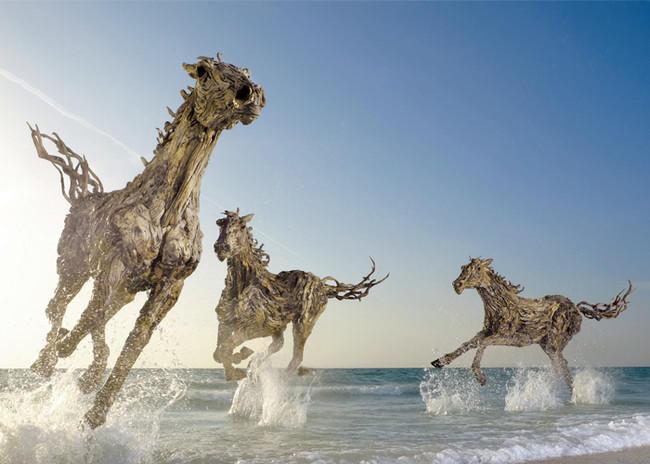 diaforetiko.gr : desktop 1438020529 Περπατάει στην παραλία και μαζεύει κούτσουρα – Αυτό που φτιάχνει αμέσως μετά δεν περιγράφεται με λόγια!