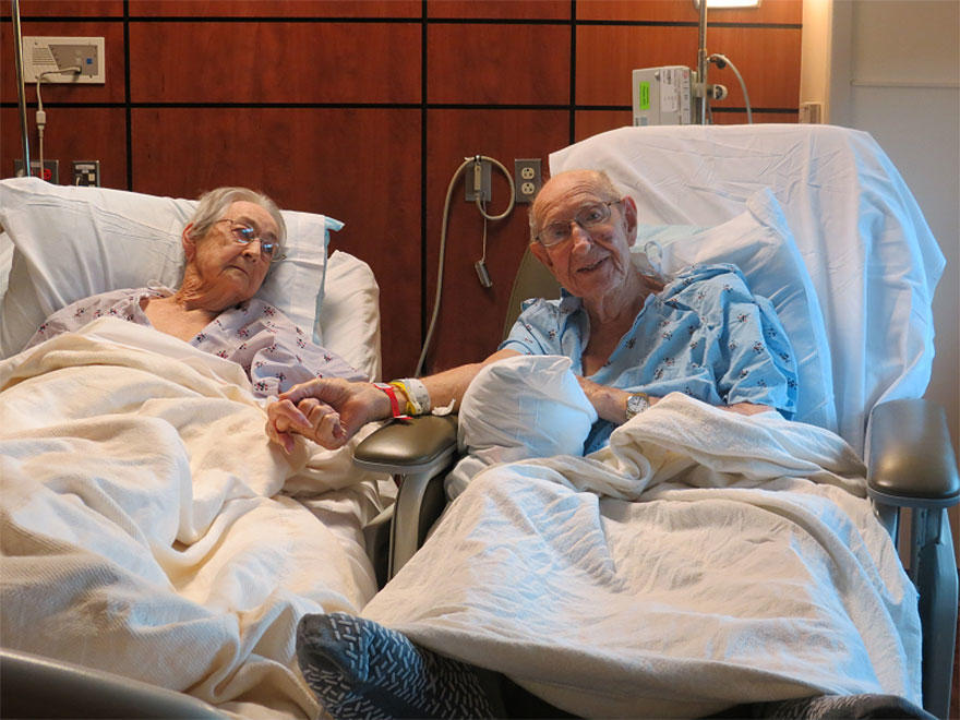 diaforetiko.gr : elderly couple reunited hospital 2 Συγκινητικό: Όταν το νοσοκομείο είπε στον 96χρονο οτι δεν μπορεί να νοσηλευτεί στο ίδιο δωμάτιο με τη γυναίκα του,  αυτός απάντησε πως ΔΕΝ ΜΠΟΡΕΙ να μείνει λεπτό μακριά της.