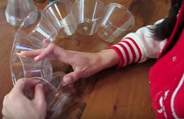 Ένωσε με συρραπτικό πλαστικά ποτήρια και το αποτέλεσμα είναι απλά μοναδικό…