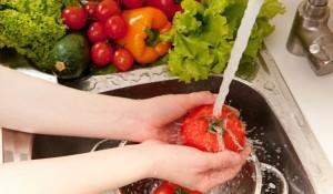 diaforetiko.gr : wash.vegetables 600 300x175 Πώς να αφαιρέσετε εύκολα τα φυτοφάρμακα από τα φρούτα και τα λαχανικά σας