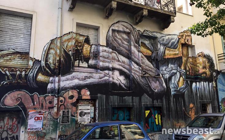 toixgrafst5 Το γιγαντιαίο γκράφιτι στο κέντρο της Αθήνας που αφιερώθηκε σε όλους τους φτωχούς και τους άστεγους της Ελλάδας