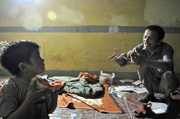 PAY-Xiong-Jianguo-a-homeless-man-who-raises-a-girl-he-found-in-a-bin-600x399