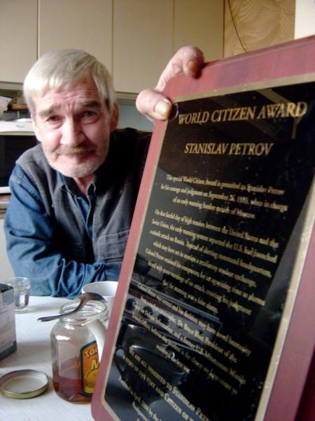 https://www.pressenza.com/wp-content/uploads/2015/10/Stanislav-Petrov-World-Citizen-Award-450x600.jpg