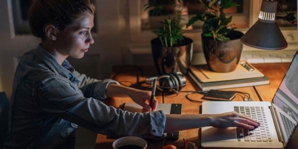 Δείτε γιατί οι έξυπνοι άνθρωποι κοιμούνται πιο αργά τα βράδια