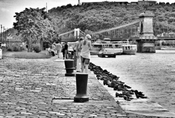about-shoes-on-the-danube7_574_386