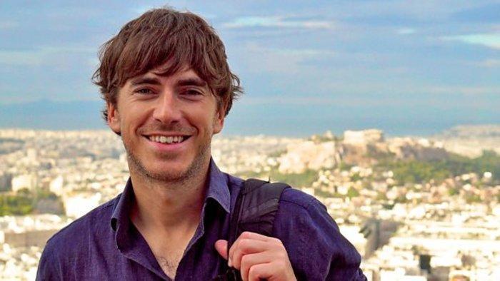 Ο συγγραφέας και παρουσιαστής Σάιμον Ριβ, από το γύρισμα του ντοκιμαντέρ του στην Αθήνα