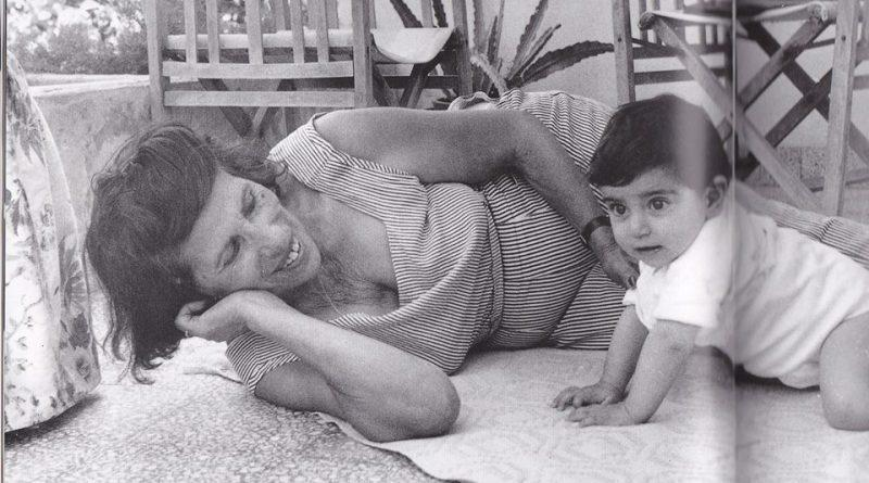 12 αγαπημένοι Έλληνες Σταρ και τα «παιδιά» τους, σε μια σπάνια φωτογραφική συλλογή