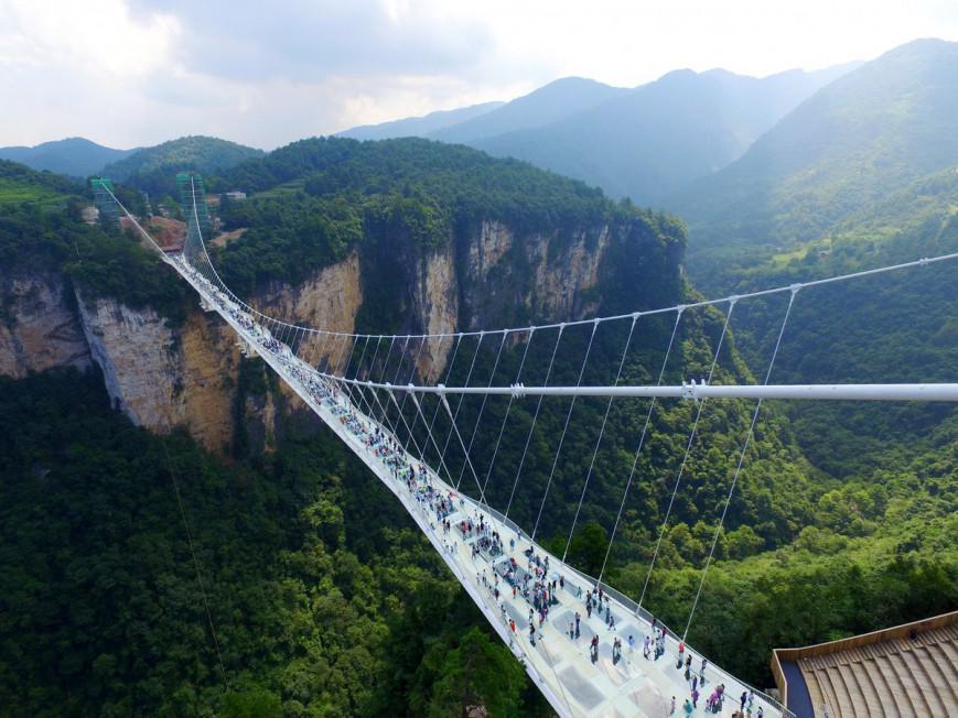 Η πρώτη ημέρα της μεγαλύτερης και ψηλότερης γυάλινης γέφυρας του κόσμου