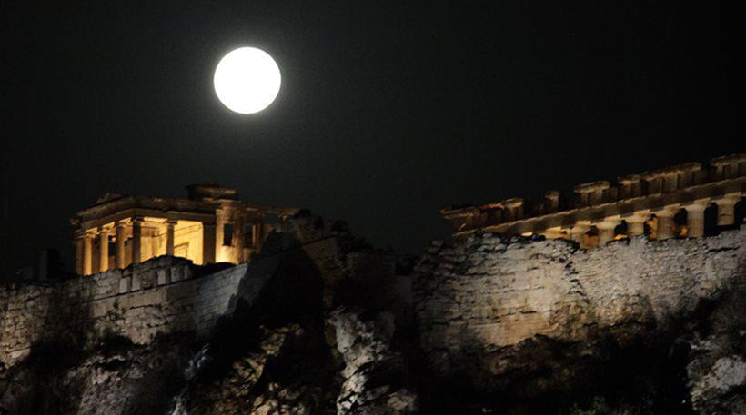 Σπάνια ομορφιά: «Μαγικές» εικόνες με το ολόγιομο φεγγάρι πάνω από την Ακρόπολη