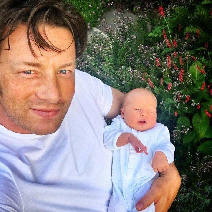 Ο Τζέιμι Όλιβερ κάνει μπάνιο τον μόλις 8 ημερών γιο του και το Facebook παραληρεί
