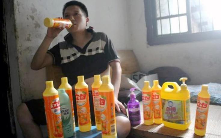 Ο άνδρας που έχει εθισμό στο υγρό απορρυπαντικό και πίνει μισό μπουκάλι την ημέρα