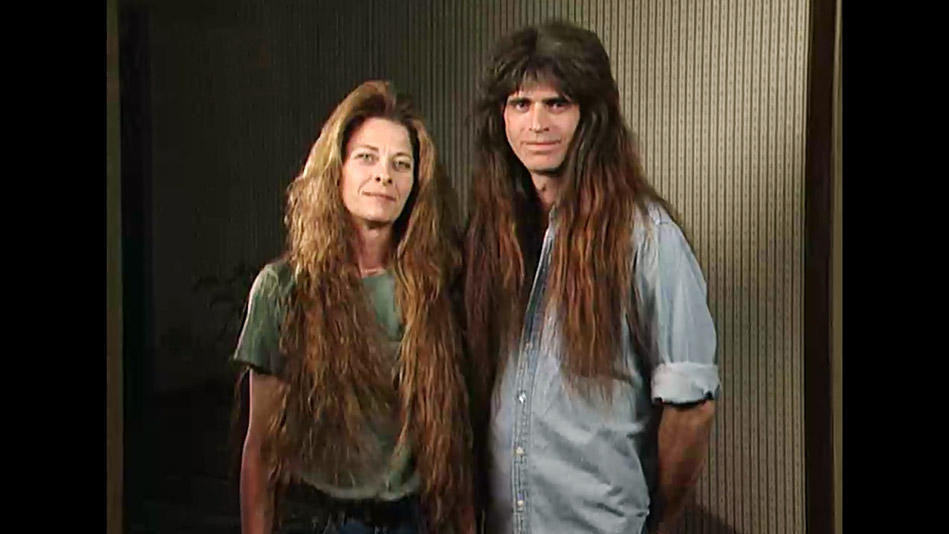 Ένα «ροκ» ασυνήθιστο ζευγάρι κόβει τα μαλλιά του για πρώτη φορά από το 1985 και μοιάζει αγνώριστο.
