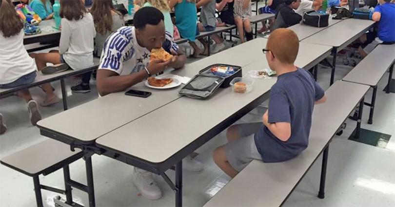 Αυτιστικός μαθητής έτρωγε πάντα μόνος μέχρι που ένας διάσημος αθλητής του άλλαξε τη ζωή