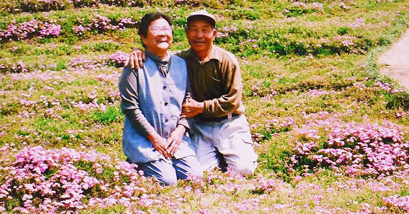 Αυτό θα πει πραγματική αγάπη: Έφτιαξε ένα μαγικό κήπο με χιλιάδες λουλούδια για να τα μυρίζει η τυφλή γυναίκα του και να χαμογελά!