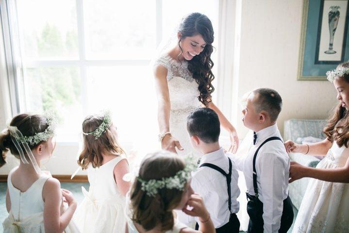 Δασκάλα παιδιών με ειδικές ανάγκες προσκαλεί όλους τους μαθητές της στο γάμο της και κάνει όλο το Ίντερνετ να την αγαπήσει