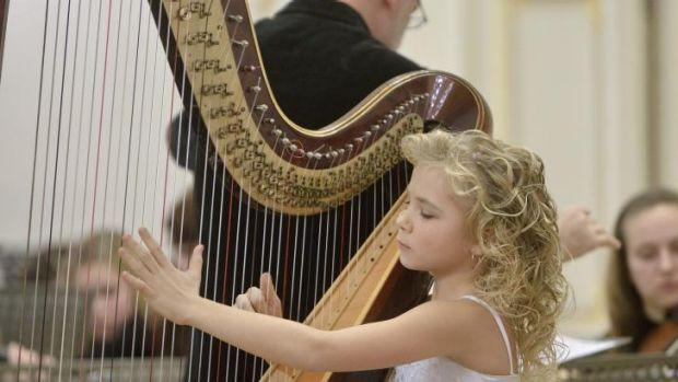 Αυτό το 9χρονο κοριτσάκι μοιάζει με έναν άγγελο που παίζει άρπα και κάνει όλο το διαδίκτυο να υποκλιθεί.