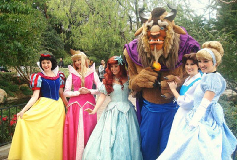 """Απολυμένοι υπάλληλοι της Disney αποκαλύπτουν τα πιο σκοτεινά μυστικά του """"πιο ευτυχισμένου μέρους πάνω στη Γη""""."""